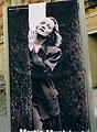 ingang Martin-Gropius-Bau met Munkácsi-foto van Dietrich